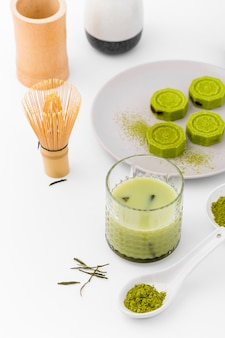 Primer plano de té matcha con batidor de bambú