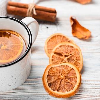Primer plano de té con naranja