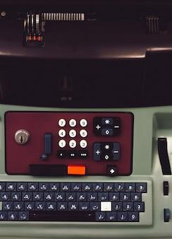 Primer plano del teclado de una máquina, incluidos los números y letras