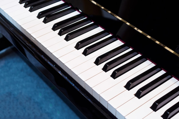 Primer plano del teclado de piano, instrumento musical