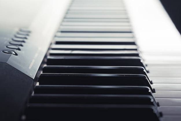 Primer plano del teclado de piano, vista lateral