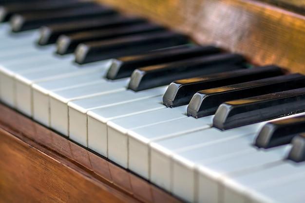 Primer plano de las teclas del piano. vista frontal cercana.
