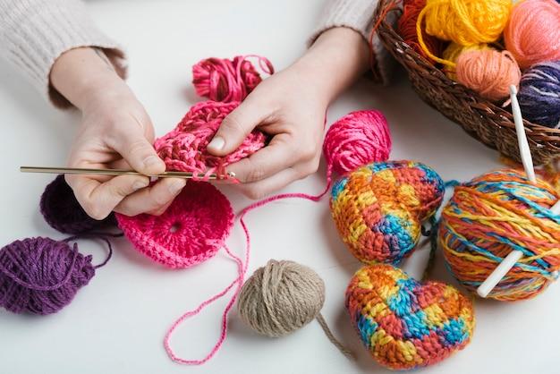 Primer plano de tejer con bolas de lana de colores