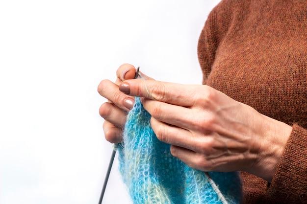 Primer plano de tejer las manos. proceso de tejido de punto. hecho a mano