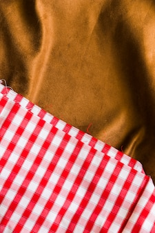 Primer plano de tela de cuadros de tartán con tejido drapeado