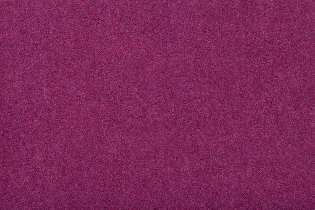 Primer plano de tela de gamuza mate púrpura oscuro