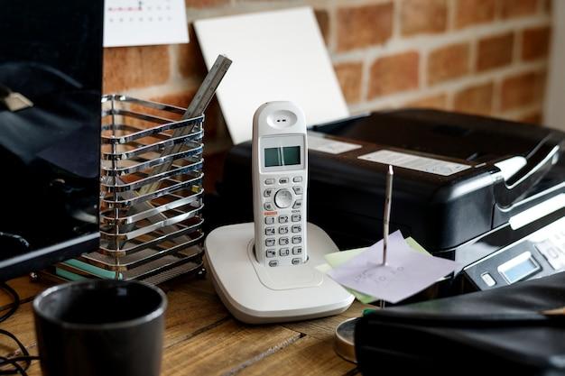 Primer plano de teléfono fijo en la mesa de madera