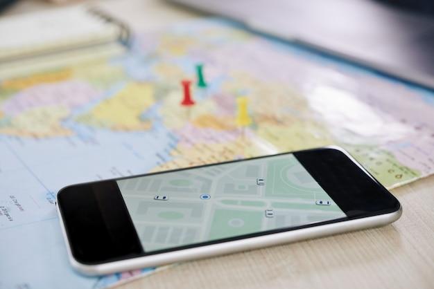 Primer plano de un teléfono inteligente con aplicación gps