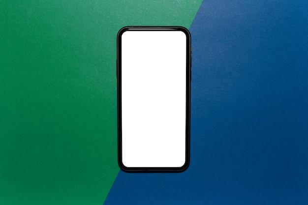 Primer plano del teléfono inteligente moderno con pantalla en blanco vacía
