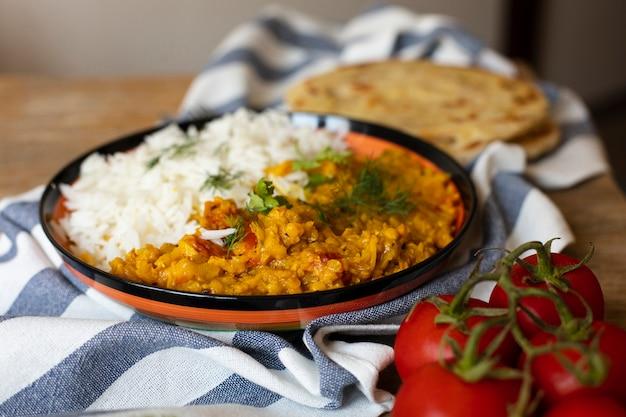 Primer plano de tomates y comida oriental