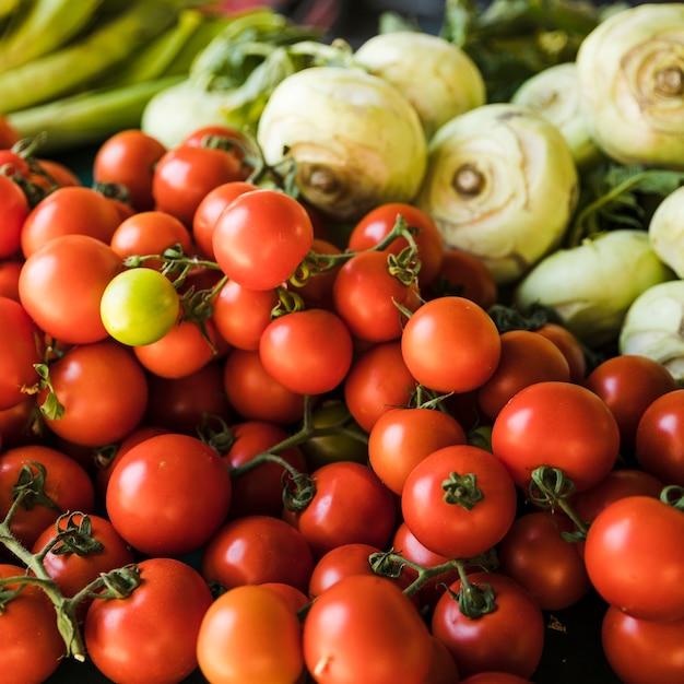 Primer plano de tomates rojos para la venta en el mercado