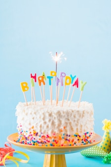 Primer plano de la torta de cumpleaños con bengala quema