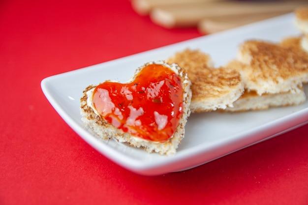 Primer plano de tostadas en forma de corazón