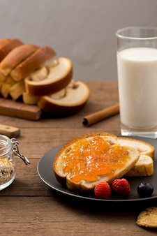 Primer plano de tostadas con mermelada casera
