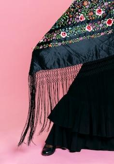 Primer plano de traje de flamenca y mantón de manila