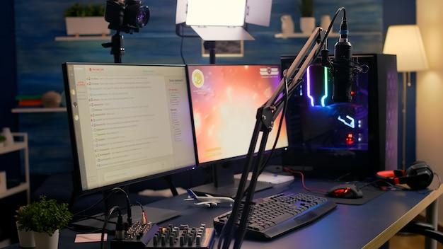 Primer plano de la transmisión de chat en el estudio de juegos vacío durante el torneo de videojuegos en línea