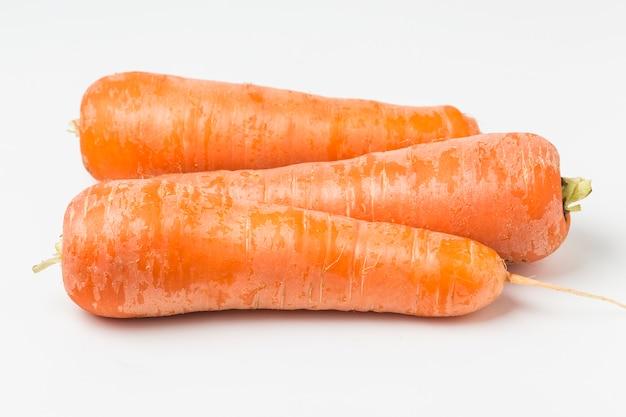 Primer plano de tres zanahorias
