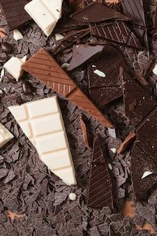 Primer plano de trozos de barra de chocolate