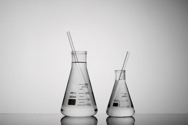 Primer plano de tubos dentro de vasos de precipitados erlenmeyer