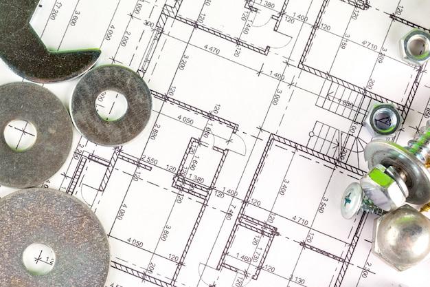 Primer plano de tuercas y tornillos sobre el plan de la casa