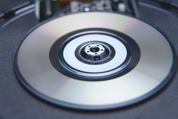 Primer plano de la unidad de dvd de la computadora con un disco.