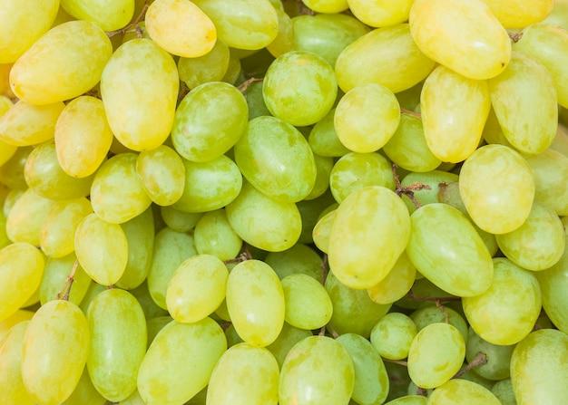 Primer plano de uvas verdes frescas