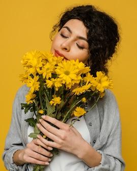 Primer plano, valor en cartera de mujer, ramo de flores