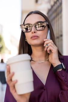 Primer plano, valor en cartera de mujer, taza café