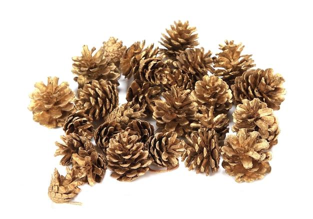 Primer plano de varios conos de pino decorativos christmass aislado sobre un fondo blanco.