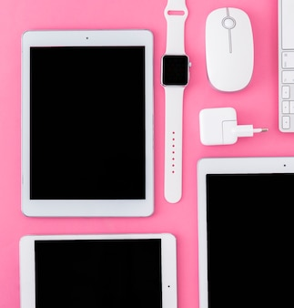 Primer plano de varios dispositivos digitales