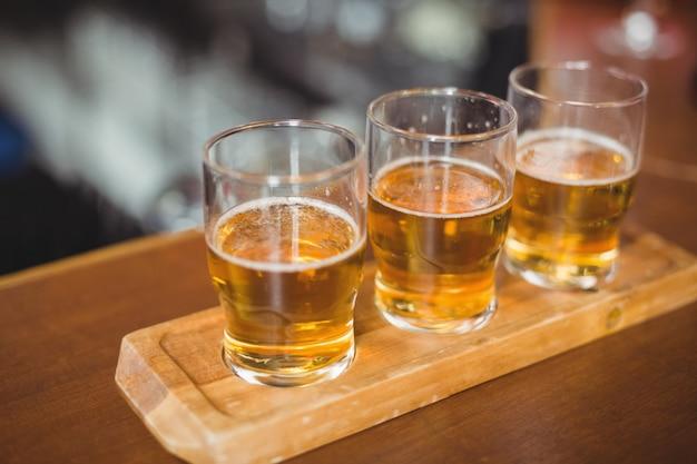 Primer plano de vasos de cerveza en la barra de bar