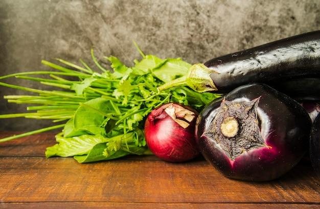 Primer plano de vegetales saludables en mesa de madera marrón