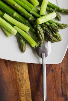 Primer plano de vegetales verdes servidos
