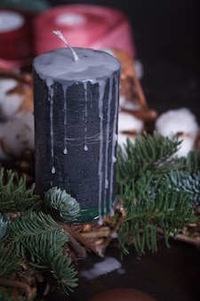 Primer plano de una vela negra como decoración de navidad