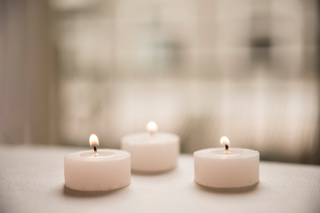 Primer plano de una velas iluminadas en spa