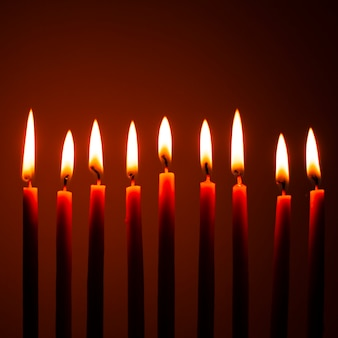 Primer plano de velas de janucá ardiendo