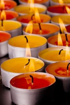 Primer plano de velas llamas sobre un fondo oscuro