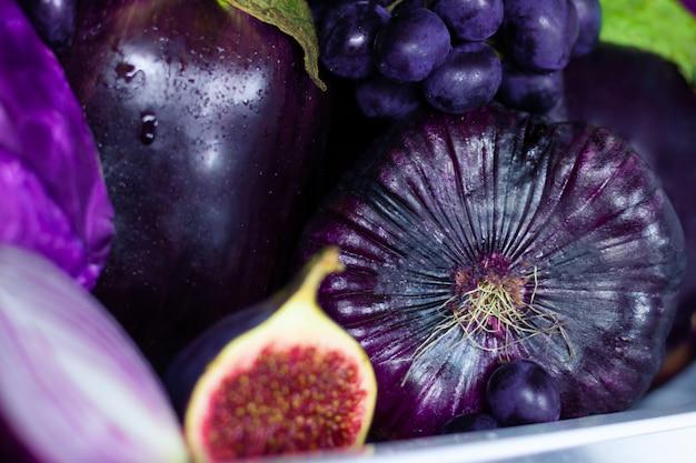 Primer plano de verano violeta saludable antioxidante orgánico verduras y frutas: cebollas, berenjenas e higos como símbolo de alimentación saludable, dieta y estilo de vida. frigorífico, vegano vegetariano y concepto crudo