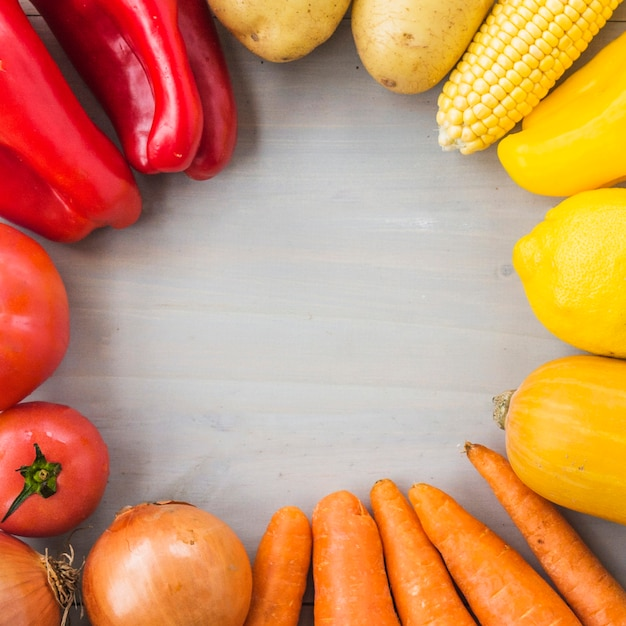 Primer plano de verduras crudas frescas formando marco circular