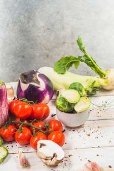 Primer plano de verduras crudas en superficie de madera