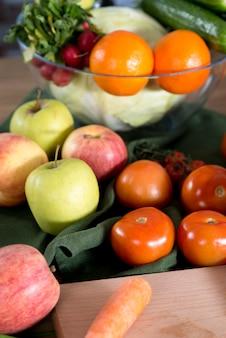 Primer plano de verduras frescas y frutas en la cocina