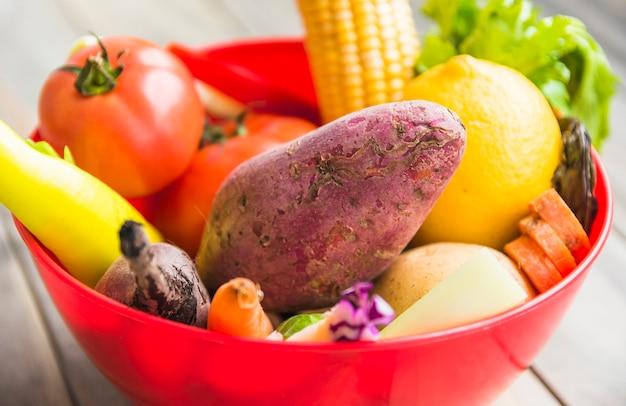 Primer plano de verduras frescas en un tazón rojo