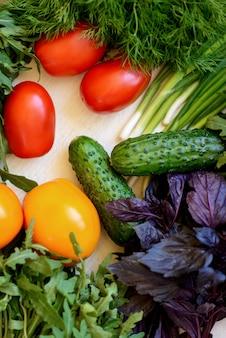Primer plano de verduras frescas, vista superior