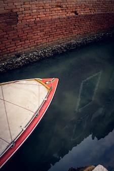 Primer plano vertical de un barco en el gran canal de venecia, italia