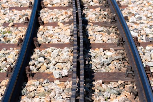 Primer plano de una vía férrea con un estante.