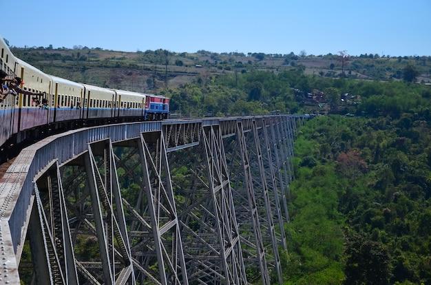 Primer plano del viaducto ferroviario de goteik en myanmar