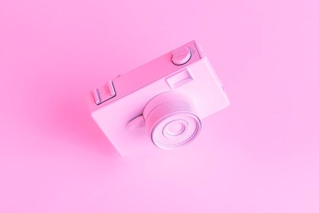 Primer plano de la vieja cámara pintada contra el telón de fondo de color rosa