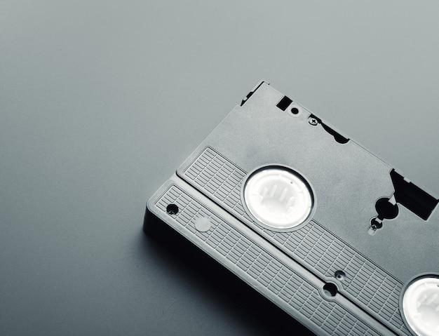 Primer plano de una vieja cinta de vídeo sobre el fondo gris