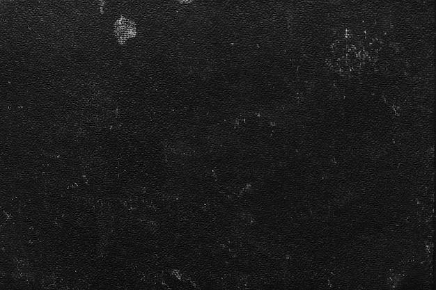 Primer plano de la vieja portada del libro negro