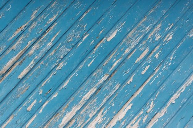 Primer plano de una vieja superficie de madera azul astillada